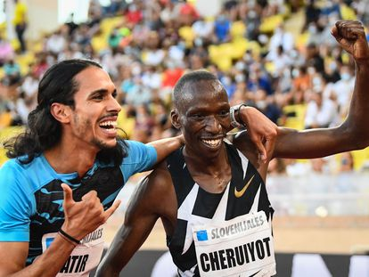 Mohamed Katir (I) celebra con Tomothy Cheruiyot tras correr los 1.500 metros ayer en Mónaco.
