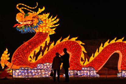Dos personas, en un parque de Wuhan (China) el 11 de febrero.