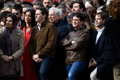 Manuel Valls (derecha) junto a Albert Rivera en la manifestación en Colón.