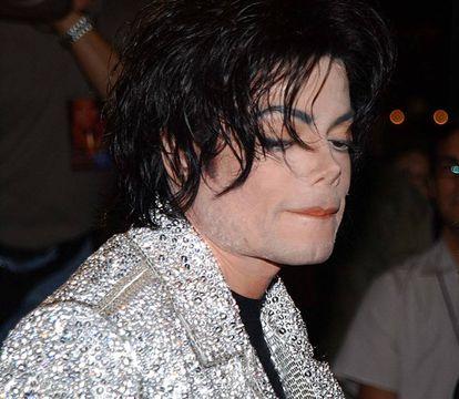 Michael Jackson durante las celebraciones de su 30 aniversario como artista en solitario en el año 2001. Entonces su nariz ya era objeto de fascinación entre el público. Varios medios publicarían pocos años después que podría ser una prótesis.