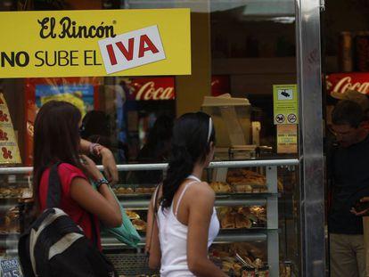 Un pequeño comercio de bebidas y pasteleria, en Madrid.