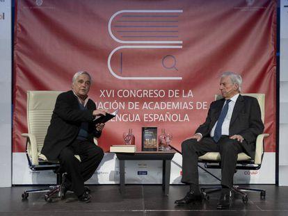 El periodista Juan Cruz (izquierda) y Mario Vargas Llosa, en el acto celebrado en Sevilla.