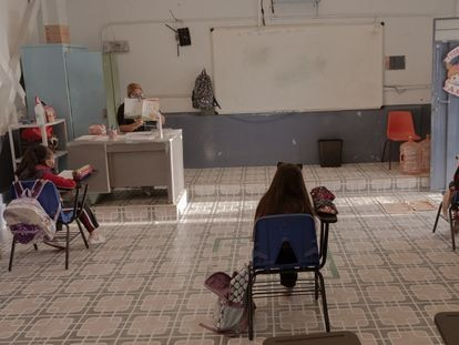 Tres niñas toman clase con su nueva maestra en la primaria Luis Gonzalez, en Ciudad de México.