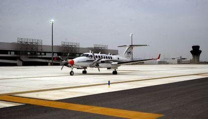 Una aeronave de verificación en el aeropuerto de Covera (Murcia).