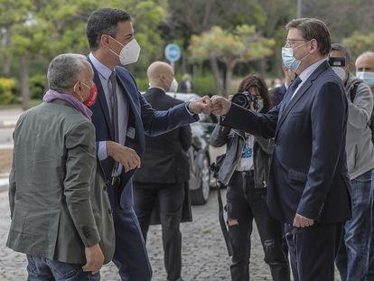 El presidente del Gobierno, Pedro Sánchez, saluda al presidente de la Generalitat, Ximo Puig, el pasado mes de mayo en Valencia.