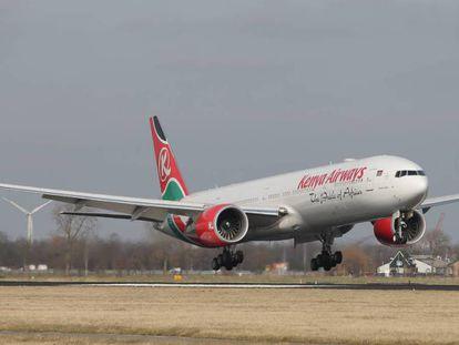 """Un avión de la compañía Kenya Airways. En vídeo, se encuentra en una casa de Londres el cadáver congelado de un hombre """"llegado del cielo""""."""