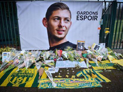 Homenaje en Nantes al futbolista Emiliano Sala, desaparecido en un percance aéreo.