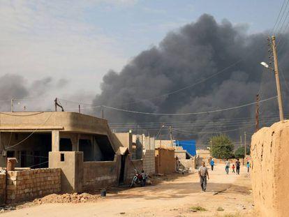 Humo producido durante los choques entre las tropas turcas y las milicias kurdas, en el noreste de Siria este jueves.