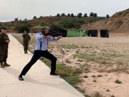 El secretario general del partido ultra disparó un arma de guerra en la base de la Brigada Paracaidista en Murcia