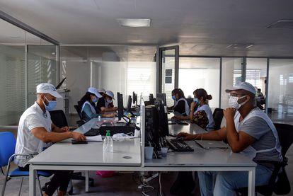 Equipos de propaganda electoral en redes sociales del Partido Progreso y Socialismo (PPS) trabajan en la sede de la formación, el viernes en Rabat.