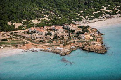 Vista del complejo residencial de 13 edificios, en la costa de Ses Covetes, justo al lado de la playa virgen de Es Trenc.