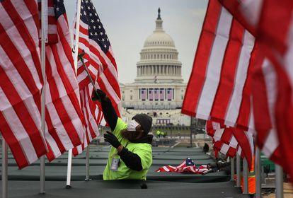 Colocación de banderas frente al Capitolio en representación de las personas que no podrán asistir a la inauguración de Biden.
