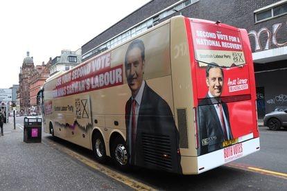 El autobús electoral del Partido Laborista reclama en Glasgow el segundo voto de los electores.