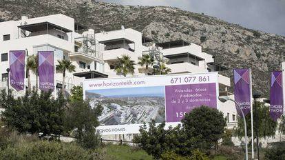 Un anuncio de venta de viviendas en una urbanización de Benalmádena (Málaga).