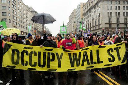 Integrantes del movimiento 'Ocupar Wall Street' se manifiestan en Washington.