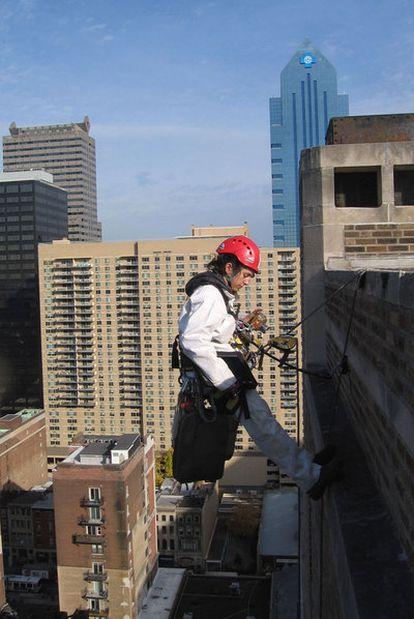 La ingeniera Berta de Miguel, a la izquierda, se descuelga cada día desde las fachadas de los rascacielos de Manhattan.
