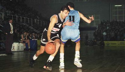 Djordjevic supera la defensa de Alberto Herreros, en el Partizán-Estudiantes de la Euroliga de 1992 disputado en el Fernando Martín de Fuenlabrada