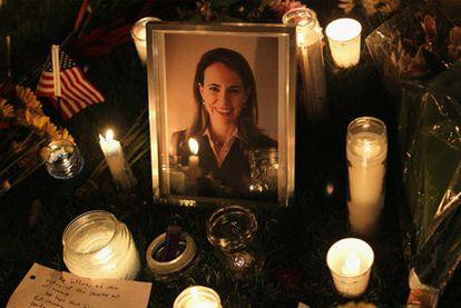 Imagen de uno de los homenajes a la congresista demócrata Gabrielle Giffords, herida gravemente en el atentado del sábado en Tucson.