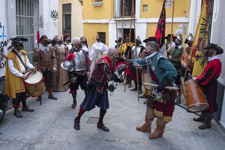 El Tercio de Olivares recrea la obra 'La rendición de Breda' junto a la casa natal del pintor Diego Velázquez.