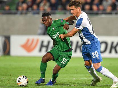 Mavis Tchibota disputa el balón ante el Bernardo.
