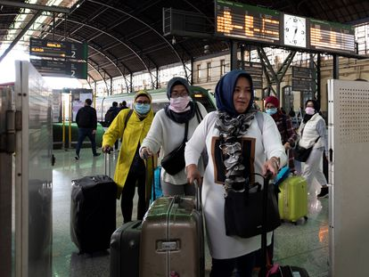 Un grupo de turistas asiáticas llega protegido con mascarillas a la estación del Norte de Valencia, este jueves.
