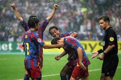 Los jugadores del Barcelona celebran el segundo gol.