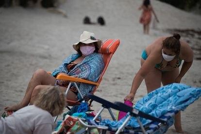 Bañistas, en la playa de Burela el 11 de julio, con mascarilla, donde es obligatorio su uso incluso en la playa.
