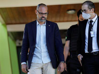 El bloguero Allan dos Santos, seguidor de Bolsonaro, junto a la Policía Federal durante la investigación por difusión de noticias falsas el pasado mayo en Brasilia.