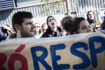 Trabajadores y estudiantes de la UPC protestan contra el despido de 340 empleados.
