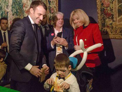 El presidente Macron y su esposa en una fiesta navideña en el Elíseo