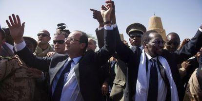El presidente francés, François Holllande (i), y el presidente de Malí, Dioncounda Traore (d), el 2 de febrero en Tombuctú.