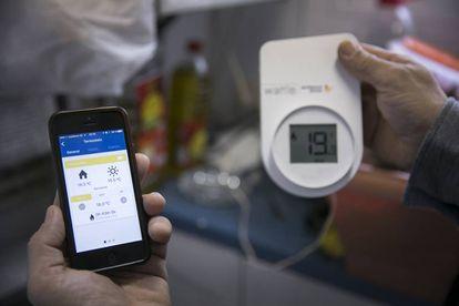 Toda la información del consumo de la vivienda va desde el dispositivo Wattio hasta la aplicación para móvil, ordenador o tableta que el usuario se descarga.