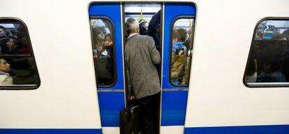 Un vagón de Metro abarrotado en la estación de Pacífico durante un paro contra la supresión de la extra.
