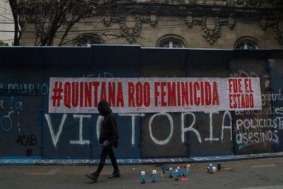 Pintadas frente a la casa de Representación del Gobierno de Quintana Roo, en la Colonia Roma, en protesta por el asesinato de Victoria, mujer migrante salvadoreña.