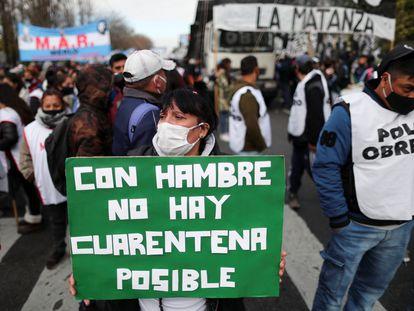 Una manifestante sostiene un cartel durante una protesta para exigir mejores salarios en Argentina, el 18 de junio.