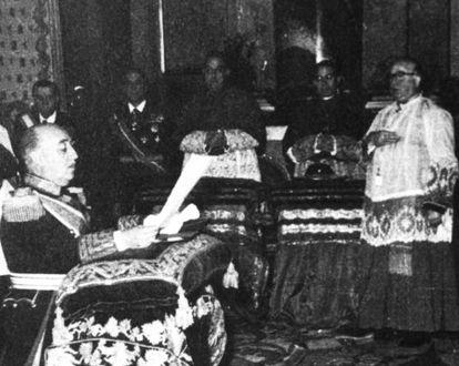 El cardenal Pla impone a Franco la Orden Suprema de Cristo en 1954.