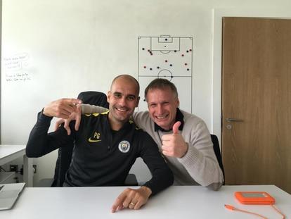 Pep Guardiola con Michael Reschke en la ciudad deportiva del City.