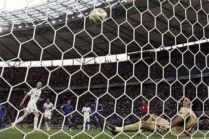 Zidane supera a Buffon y adelanta, de penalti, a Francia.