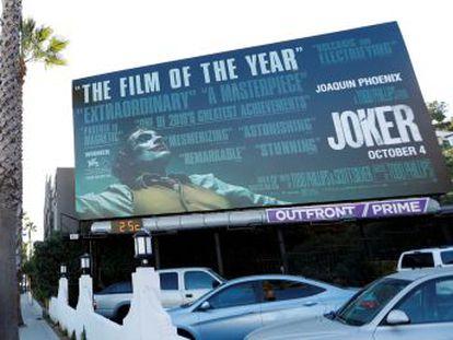 """Familiares de víctimas tiroteadas en una proyección de 'El caballero oscuro' en 2012 creen que incita a la violencia. Su protagonista, Joaquin Phoenix, dice  """"El filme es una llamada a la reflexión social"""""""