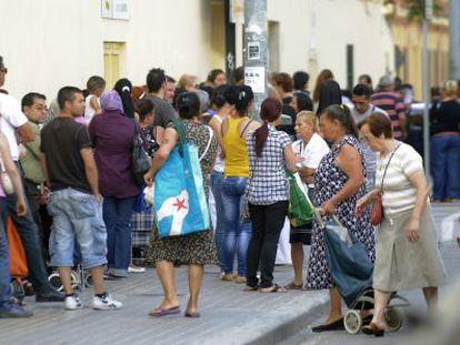Cola frente al Banco de Alimentos de Valencia.