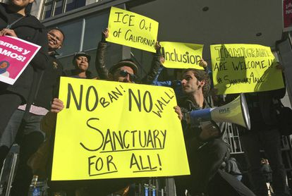 """Manifestantes, el viernes en San Francisco, defienden que sea una """"ciudad santuario"""" en inmigración"""