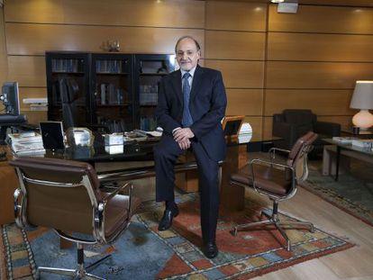 Juan de la Cruz Cárdenas, presidente de Cajamar, posa en su despacho.