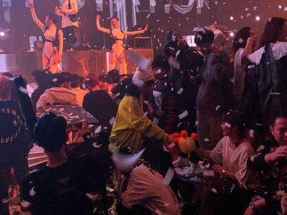 Ambiente en una discoteca nocturna de Wuhan, este jueves.