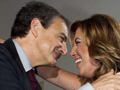 El expresidente Zapatero saluda a la nueva presidenta de la Junta de Andalucía.