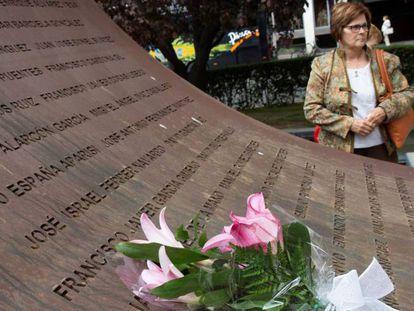 La madre del sargento Cardona, el pasado sábado en Zaragoza, en el homenaje a las víctimas del accidente del Yak-42 por su 15 aniversario.