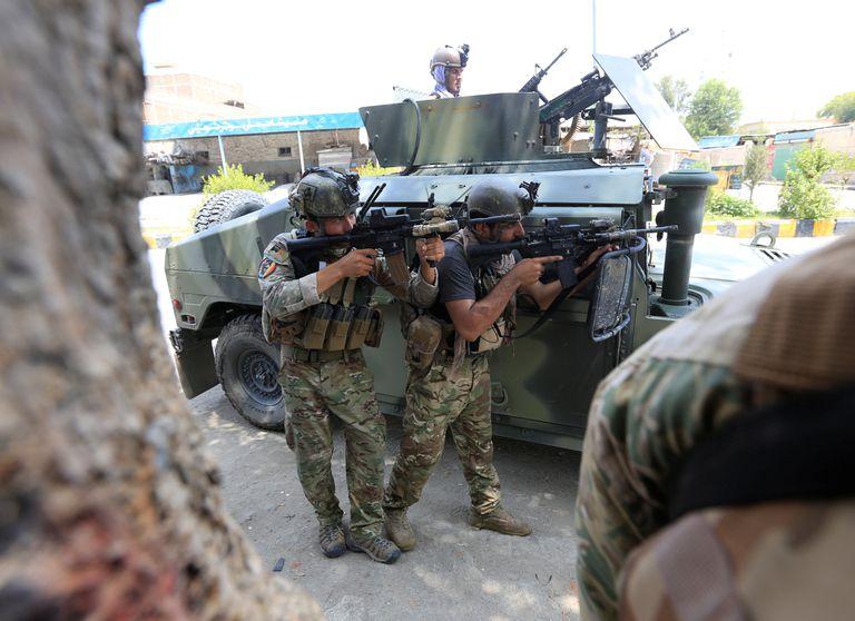 Fuerzas de seguridad afganas vigilan la zona del ataque a la prisión en Jalalabad, este lunes.