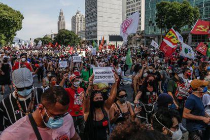 Opositores al presidente de Brasil Jair Bolsonaro participan en una protesta contra su Gobierno en Río de Janeiro (Brasil).