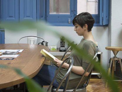 Una joven lee en la Escuela de Escritores de Madrid.