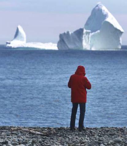 Un hombre hace fotos al bloque de hielo, el 10 de abril.