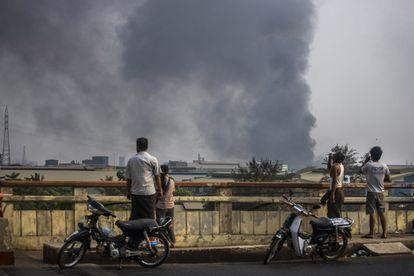 Una columna de humo sale de la zona industrial de Hlaing Thar Yar, en Yangón, la capital birmana, este domingo.